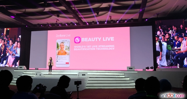 Presentasi fitur BeautyLive Zenfone Live oleh Cindi Ferlani selaku Product Manager Asus Indonesia