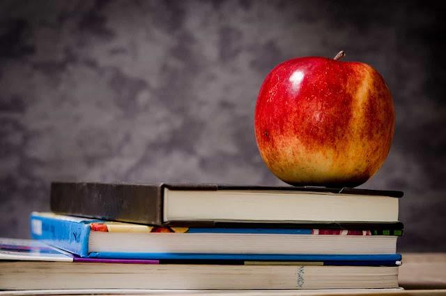 apple limekaa juu ya vitabu