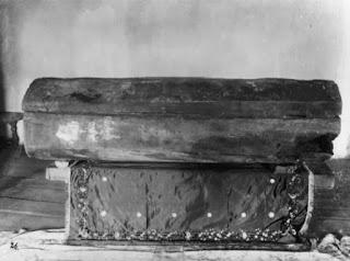 Το ξύλινο φέρετρο του Οσίου Σεραφείμ του Σαρώφ.