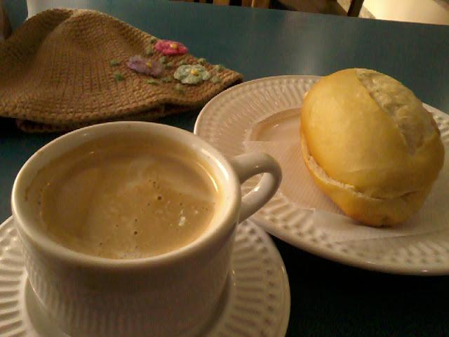 Resultado de imagem para tomar cafe com leite pao