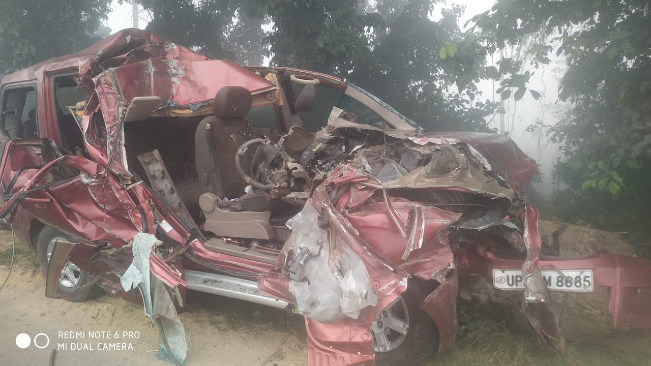 तीव्र गति से जा रही कार खड़े ट्रक से टकराई ,तीन की मौत पांच घायल