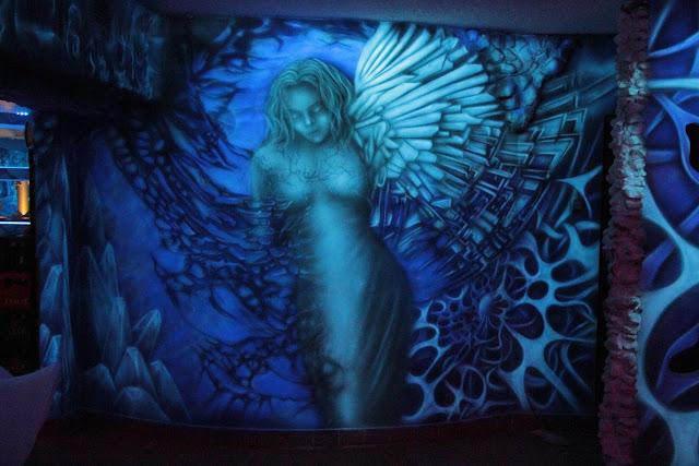 Malowanie anioła na ścianie, mural 3D, aranżacja klubu efekt luminescencji ścian