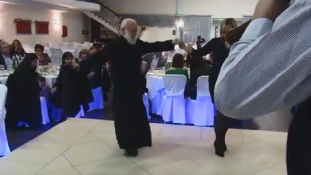 """Ιερέας 80 ετών χορεύει το """"Μακεδονία Ξακουστή"""" και γίνεται viral (video)"""