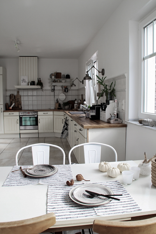 Kücheneinrichtung in Schwarz Weiß Holz mit leichten New Boho Elementen, Überblick Küche