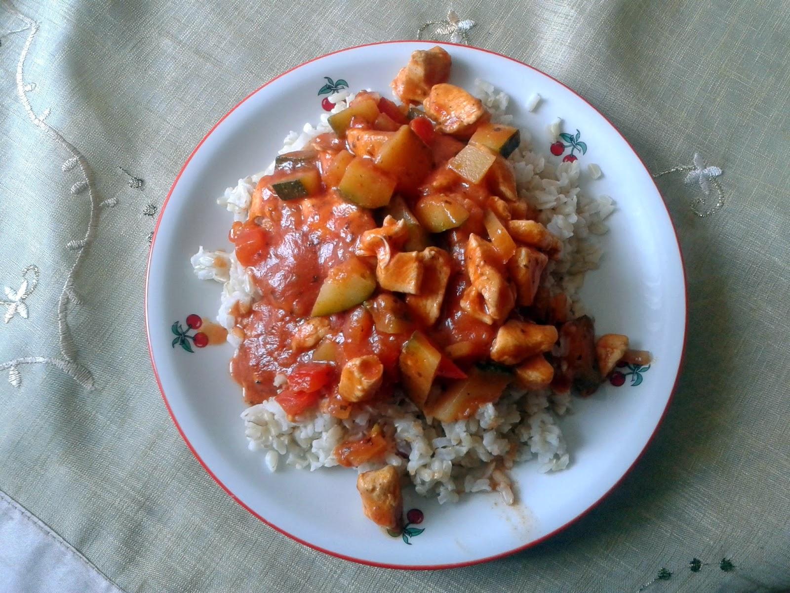 Ryż z sosem pomidorowym z kurczakiem i cukinią
