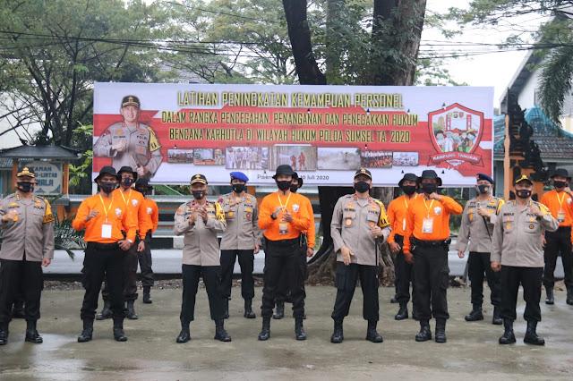 Palembang - Kapolda Sumsel Irjen Pol. Prof. Dr. Eko Indra Heri S., MM membuka acara Pelatihan Peningkatan Kemampuan Personil Polda Sumsel dalam rangka Pencegahan, Penanganan dan Penegakkan Hukum Karhutla di Wilayah Hukum Polda Sumsel di Lapangan Komplek Pakri Palembang, Kamis (9/7).  Wilayah Sumsel seperti kita ketahui masih memiliki banyak sekali hutan dan lahan perkebunan yang sangat luas sehingga ini dapat memicu terjadinya Karhutla. Kebakaran Hutan dan Lahan yang terjadi di Wilayah Sumsel disebabkan oleh beberapa faktor. 2 (dua) faktor yang paling besar penyebabnya adalah  1. pergantian musim kemarau sehingga menimbulkan beberapa titik api dibeberapa wilayah  2. Adanya indikasi unsur kesengajaan yang dilakukan masyarakat yang merupakan cara yang murah dan mudah untuk mempersiapkan lahan yang siap ditanami kembali dengan cara sengaja dibakar.  Untuk itu peran Personil khususnya Babinkamtibmas sangatlah besar untuk melakukan pencegahan agar tidak terjadinya karhutla diwilayah masing-masing. Kapolda mengucapkan terimakasih untuk rekan-rekan Babinkamtibmas yang telah bekerja luar biasa selama ini, rekan-rekan Babinkamtibas itu multitasking kalo kita sebut dalam sebuah manajemen, karena memiliki banyak sekali kemampuan, ujarnya.   Ilmu memadamkan api itu sebenarnya tidak ada tetapi kita harus mampu memadamkan api padahal kita hanya mempunyai modal keberanian saja untuk memadamkan api. Oleh karena itulah menjadi pertimbangan kita untuk mengadakan pelatihan pencegahan, penanganan dan penegakkan hukum karhutla ini. Nantinya juga saya mengharapkan untuk daerah jajaran Polres-Polres ataupun juga Polsek-Polsek yang daerahnya rawan terjadinya karhutla untuk melakukan pelatihan yang sama agar dapat mencegah terjadinya karhutla diwilayah masing-masing. Dengan tetap tidak mengabaikan aturan-aturan atau SOP yang berlaku.  Sekali lagi saya mengucapkan terimakasih kepada seluruh Personil atas kerja kerasnya selama ini dan telah semangat untuk berlatih. Saya pun mengingatkan kepad