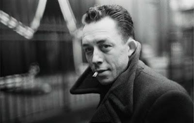 L'action du livre d'Albert Camus se déroule en Algérie française. Meursault (le narrateur) apprend par un télégramme la mort de sa mère. Il se rend en autocar à l'hospice, près d'Alger. Il n'exprime ni tristesse ni émotion.