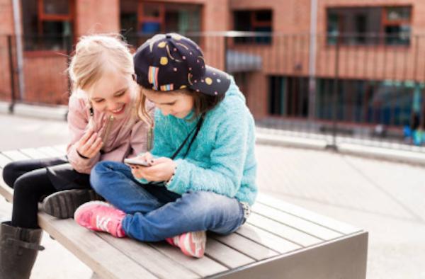 Francia prohíbe el uso de celulares en escuelas