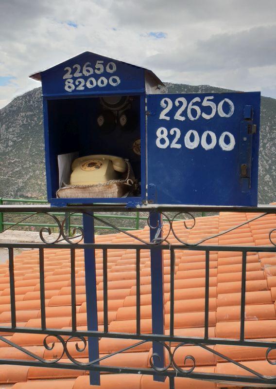 Uraltes Telefon an einem Taxistand in Delfi/Griechenland