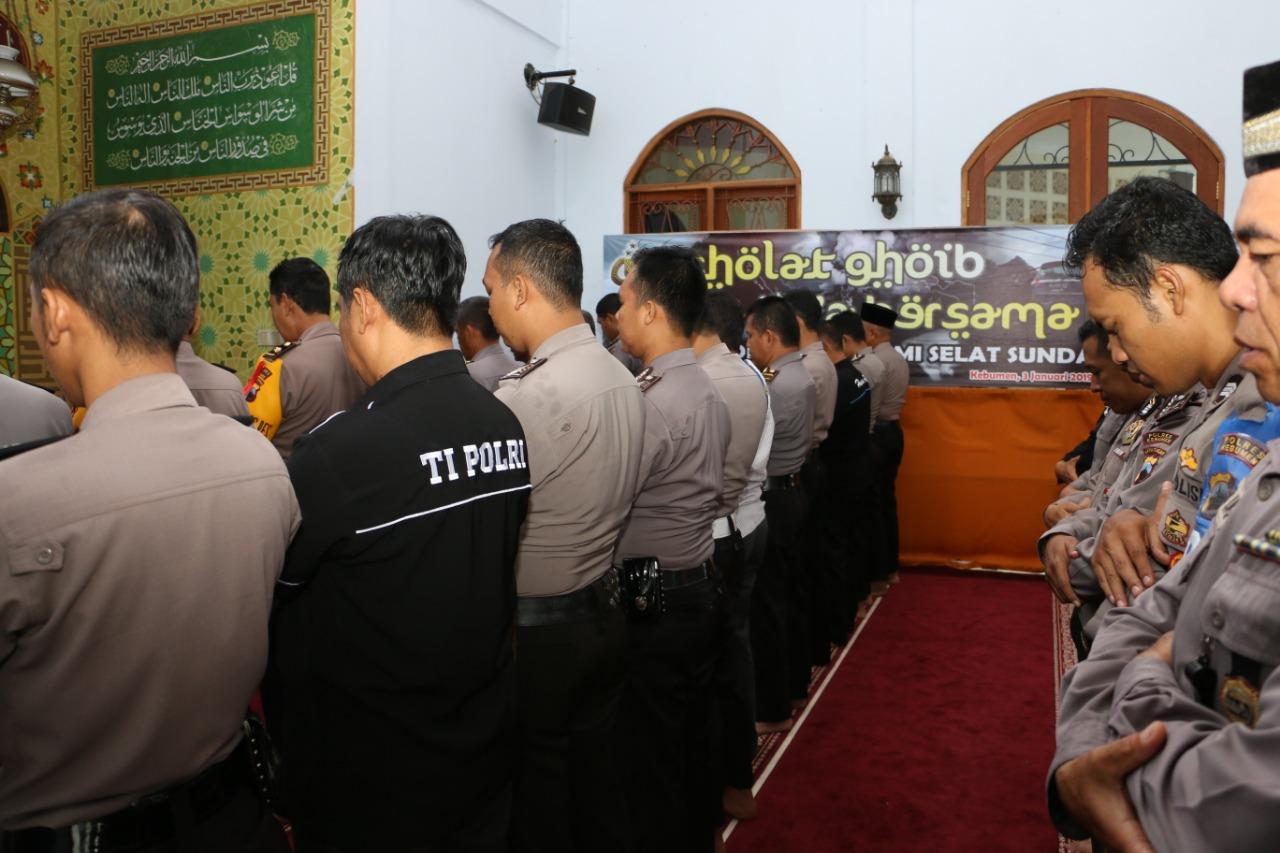 Ratusan Polisi di Kebumen Gelar Salat Gaib untuk Korban Tsunami Selat Sunda