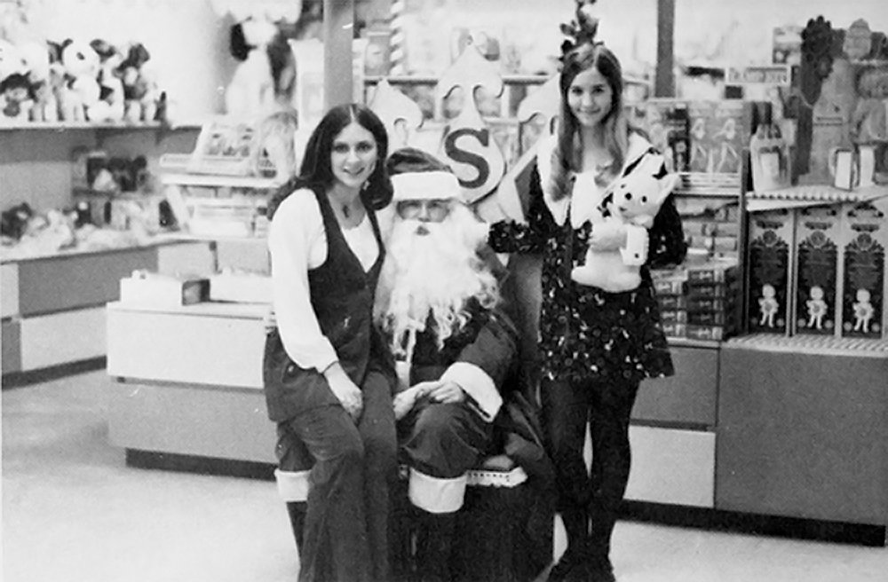 20 Candid Vintage Snapshots of Beautiful Young Girls Sitting on Santa's Lap
