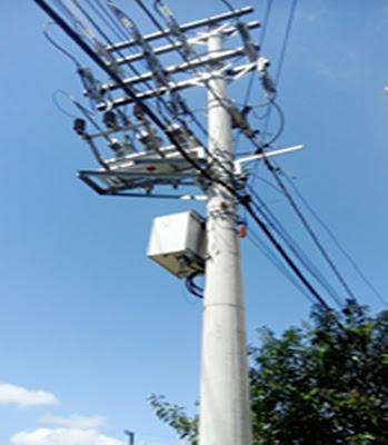 A foto mostra um poste feito de concreto e ferro para rede de transmissão de energia elétrica, mas é só este os outros são de madeiras podres desde s guerra dos farrapos, uma vergonha para o Rio Grande do Sul.