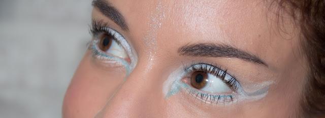 maquillage des yeux blanc et bleu ciel
