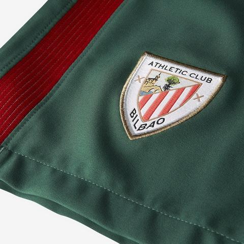 90e2051897865 El camiseta verde de Bilbao cuenta con un tono más oscuro de verde en los  hombros y las mangas.