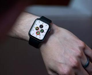 تقوم Apple بإزالة محول طاقة USB من علب Apple Watch القادمة