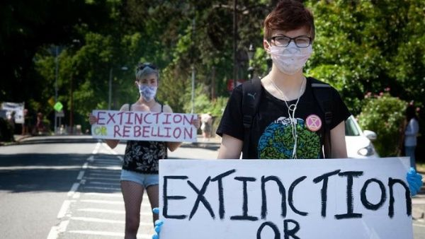 Ecologistas británicos protestan contra gestión oficial ante pandemia