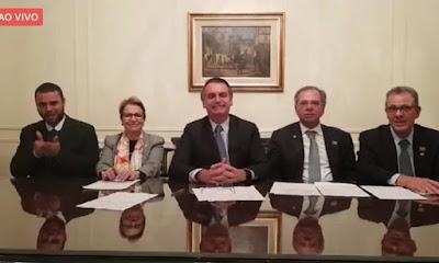 Bolsonaro em live com equipe