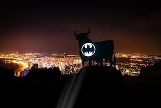 Batman Day 2021: Imágenes de la batseñal en el toro de Osborne de Benidorm.