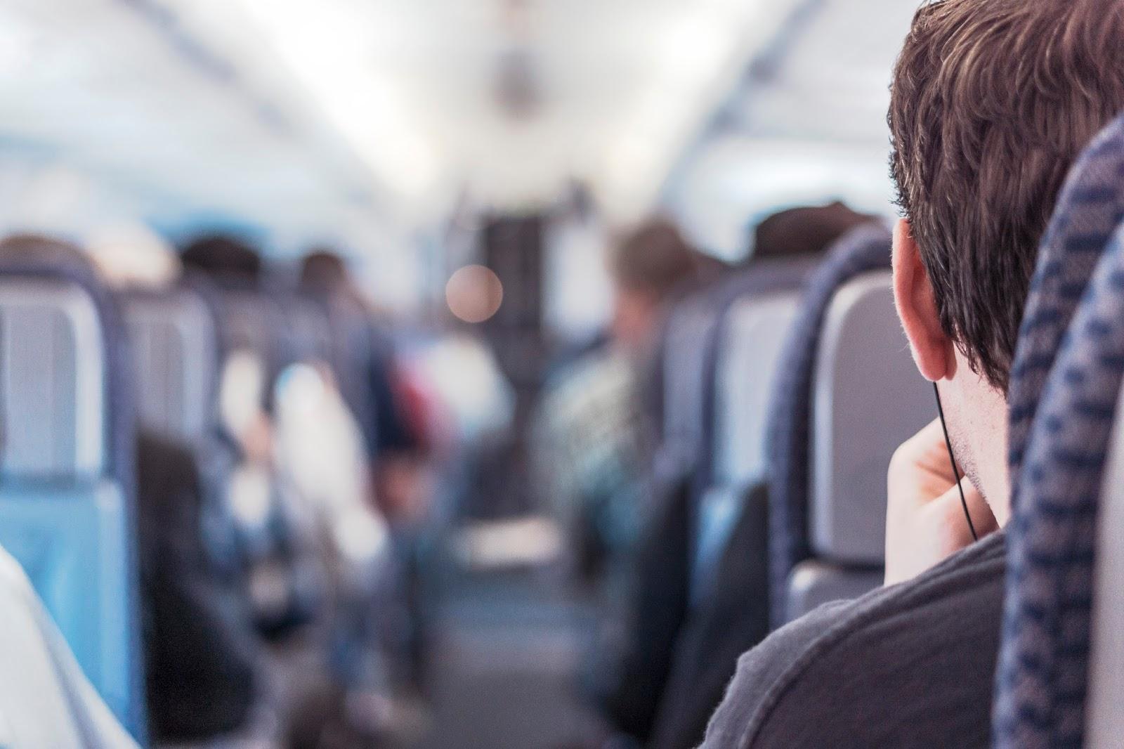 passageiros-no-interior-de-um-aviao