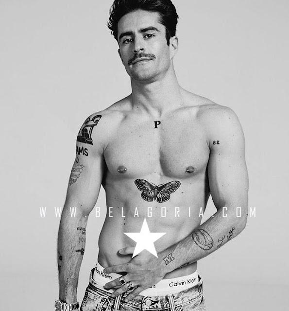 Vemos al presentador Pelayo Diaz posando , lleva tatuajes caseros