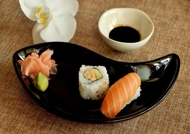 Podaj swoje domowe sushi w azjatyckim stylu