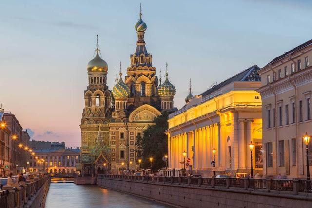 Cảnh đẹp của thủ đô Moscow đã đi vào những giai thoại tuyệt vời, là cung điện mùa Đông rộng lớn ở Saint Petersburg, điện Kremlin hay tòa thánh đường Basil. Đến đây bạn còn có thể đứng trên tòa tháp Ostankino và ngắm nhìn khung cảnh của toàn thành phố từ độ cao 540 m. Nếu là người thích thưởng lãm vẻ đẹp nghệ thuật thì chúng ta có thể ghé thăm nhà hát Bolsoi nổi tiếng với điệu múa bellet và những vở opera kinh điển.