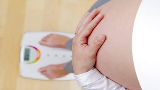 ما مقدار الوزن الذي يجب أن تكتسبه النساء خلال كل 3 أشهر من الحمل؟