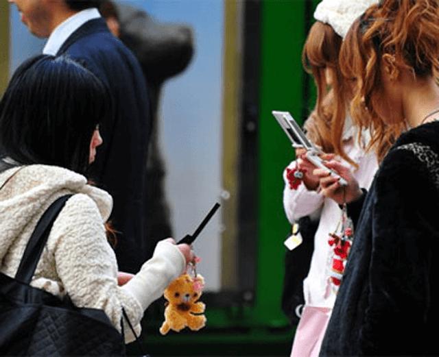 Orang Jepang, Kelakuan Aneh, Ponsel, Dicontoh