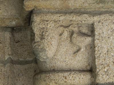 detalhes em pedra numa capela da Rota do Românico