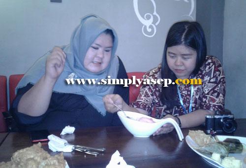 GAMBAR :  Dua orang Food Blogger Pontianak , Mba Ira dan rekannya saat mengatur tata letak masakan yang akan diambil gambarnya.  Diatur dahulu agar rapih dan elegan.  Foto Asep Haryono