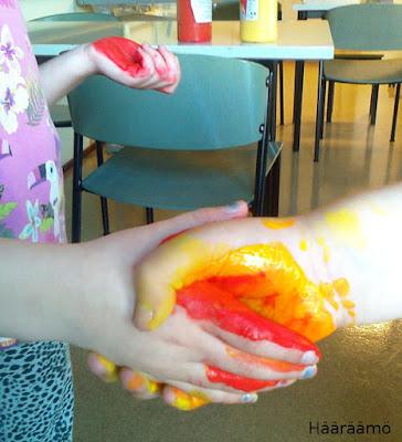 Kuvataide: Värien sekoitus pullopeiteväreillä kätellen