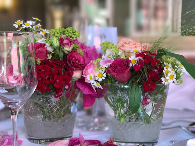 table flowers centerpieces,  shades of raspberry and apricot, lake-side wedding in the Bavarian mountains, Garmisch-Partenkirchen, Germany, wedding venue Riessersee Hotel, wedding planner Uschi Glas, getting married abroad