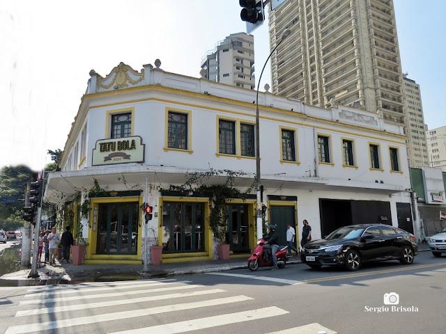 Vista ampla de uma antiga edificação na esquina da Rua Augusta com a Rua Estados Unidos - Jardins - São Paulo