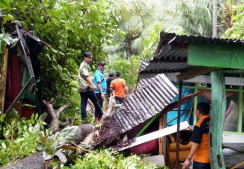 Tiang Listrik Patah, Pohon Tumbang ,Timpa Rumah Warga Akibat Angin Kencang