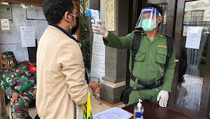 Menuju New Normal Life: Staf Pelayanan Kantor Desa Kelurahan Gunakan Face Shield