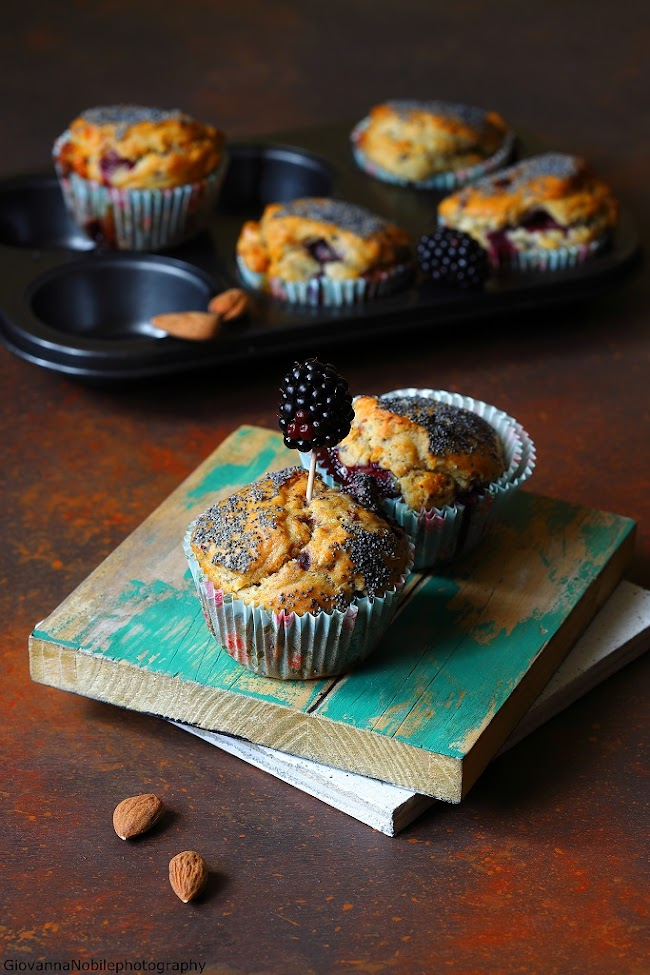 Muffin con more, mandorle e cioccolato
