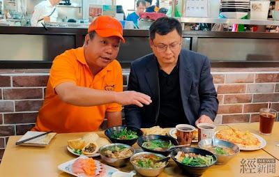 經濟部中部辦公室主任郭坤明(右)走訪山海鐵道漫遊小鎮市場路線