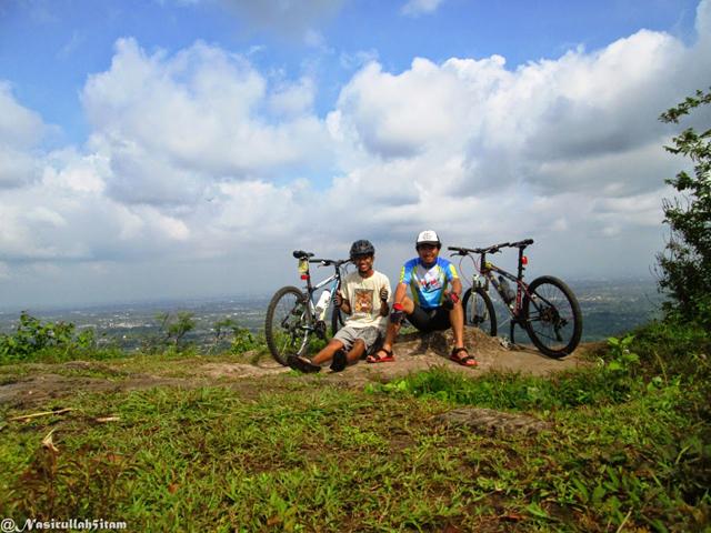 Foto dulu di puncak Mbucu bersama sepeda
