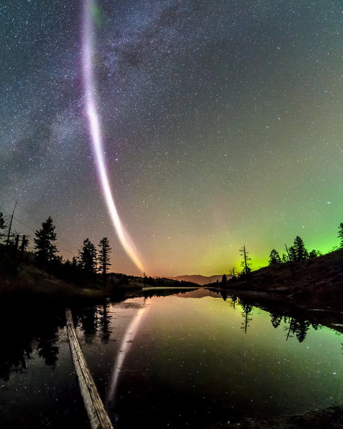 Nhiếp ảnh gia Dave Markel chụp được một Steve nằm dọc trên bầu trời bắc Canada, ở phía chân trời với màu xanh lục chính là cực quang. Dựa trên dữ liệu của vệ tinh Swarm của Cơ quan Hàng không Âu Châu (ESA), dải sáng Steve kia kéo dài 25 km trong vùng khí nóng có nhiệt độ 3.000 độ C – cao hơn nhiều so với xung quanh, luồng khí này di chuyển với tốc độ 6 km/giây trong khi vùng khí xung quanh chỉ có vận tốc là 10 mét/giây. Hình ảnh: Dave Markel Photography.