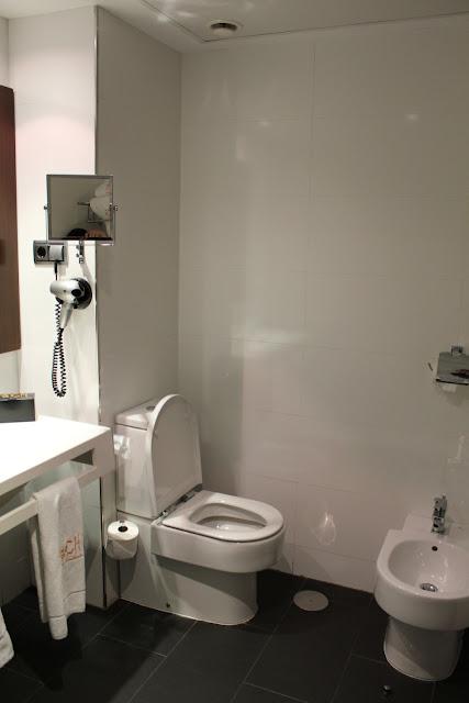 Baño habitación doble en el Täch Hotel Madrid Airport
