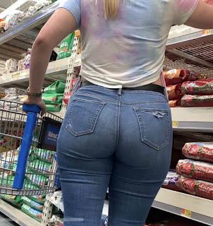 Hermosa rubia pantalones apretados