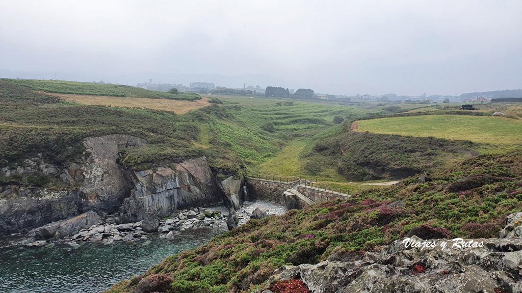 Playa de piedras de la Senda costera Naviega, Asturias