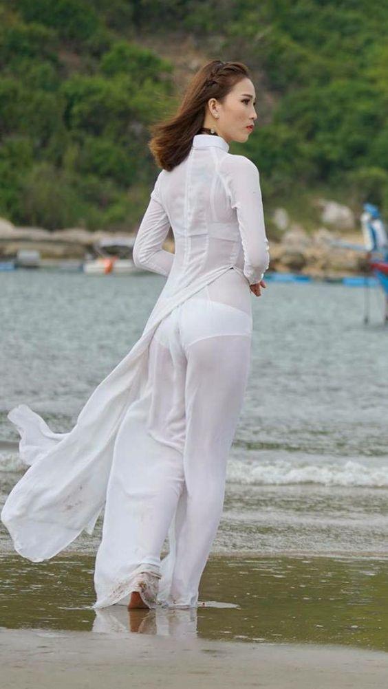 Gái xinh nội y thấp thoáng sau tà áo dài