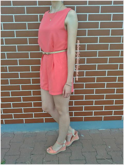 Różowy kombinezon, pasek z kokardką, bransoletka, medalik, sandały na koturnach