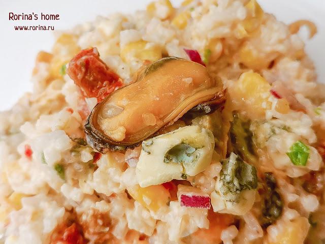 салат с сыром с голубой плесенью, мидиями и вялеными томатами: рецепт с фото