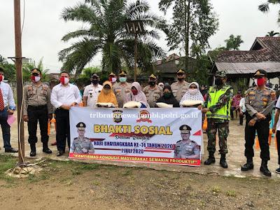 Hari Bhayangkara, Polda Jambi Salurkan Bantuan Beras Kepada Warga Terdampak Covid 19