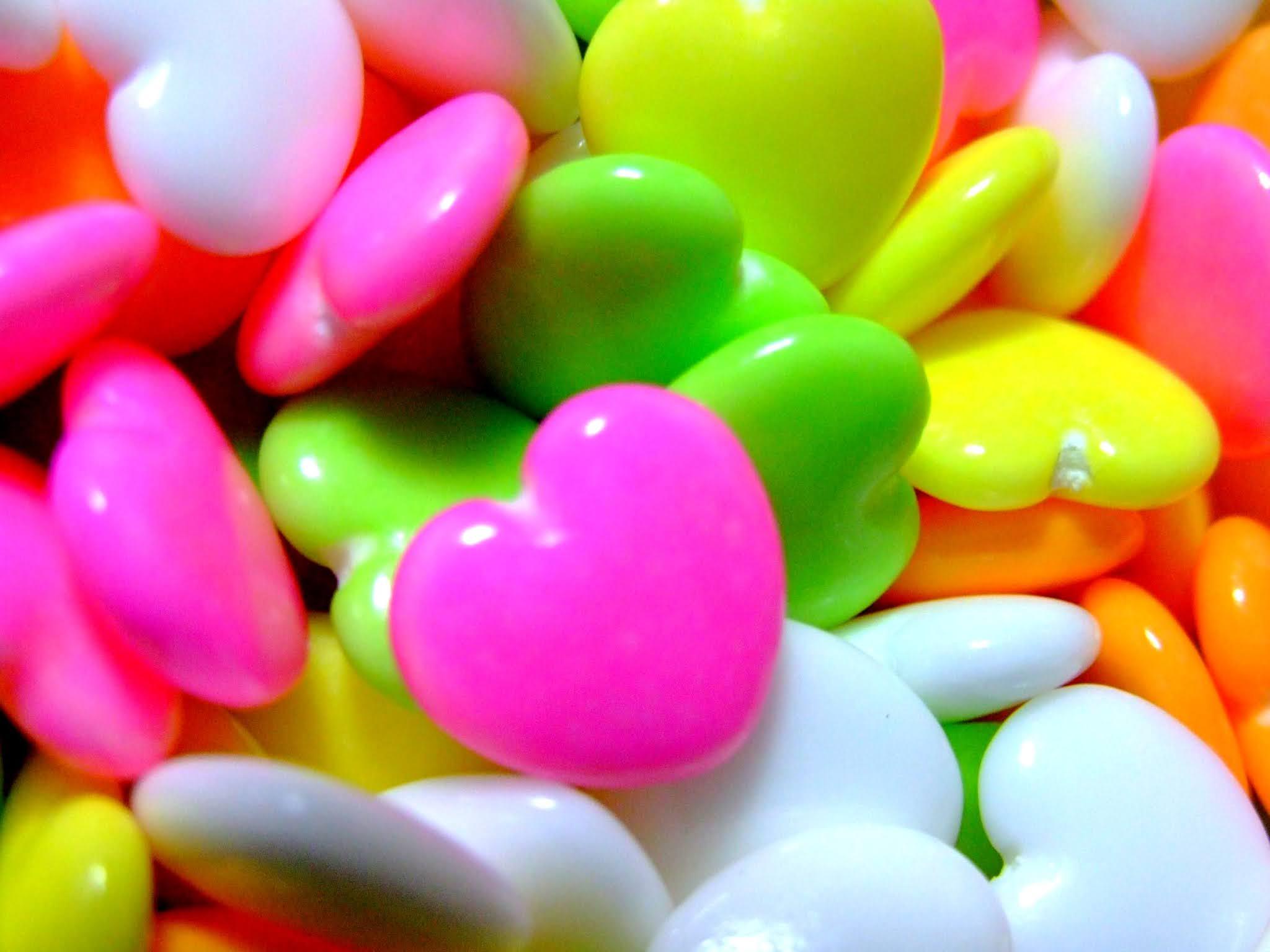 つやっつやのハートが可愛い、糖衣ラムネ菓子の写真素材です。蛍光色のビタミンカラーに元気が貰えそうですよね。