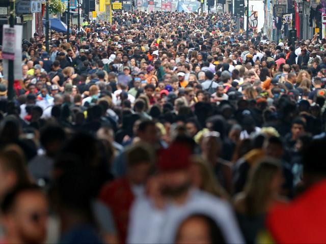 Οι Βρετανοί ανησυχούν για τη μαζική μετανάστευση σύμφωνα με δημοσκόπηση
