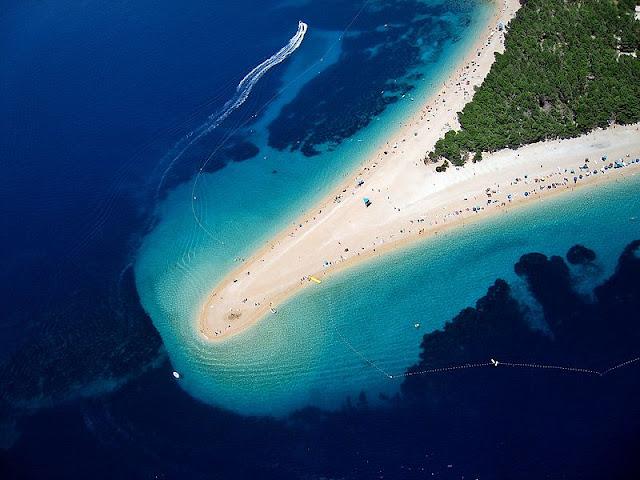 Pantai Zlatni Rat di Pulau Brač