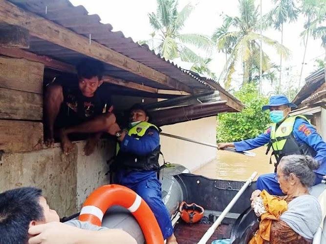 satu keluarga terkepung banjir di jambi